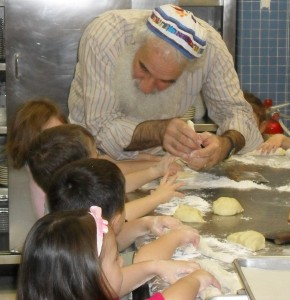 Rabbi Jonathan with Kids at challah workshop